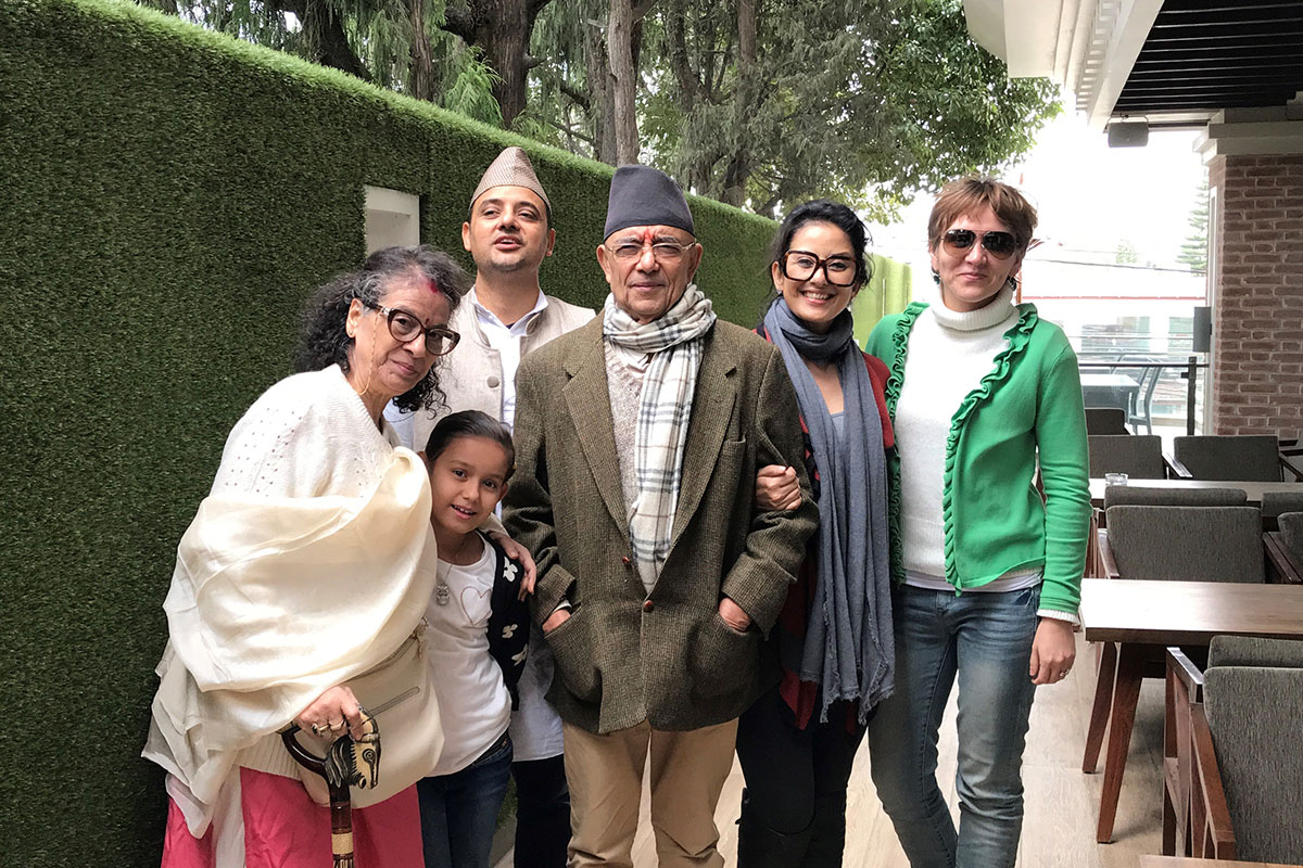 Manisha Koirala posing with five family members.