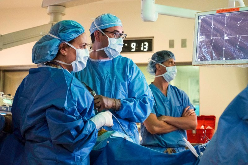 Neurosurgeon Viviane Tabar and head and neck surgeon Marc Cohen in the operating room.