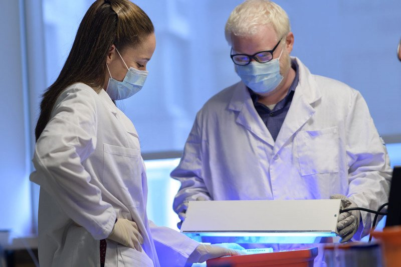 Postdoctoral fellows Linde Miles and Robert Bowman in the lab.