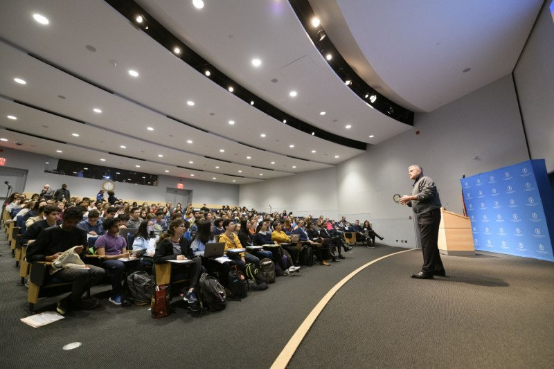 Dr. Craig Thompson, MD, President & CEO, addressing high school students at the 2018 Major Trends in Modern Cancer Research lecture.